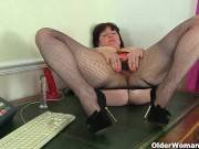 British milf Janey se gode sa chatte poilue