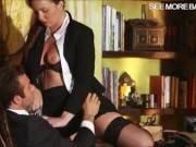 un eleve baise sa prof secretaire bandante
