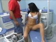 Sexy Latina dentiste baise son patient